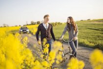Couple walking on countryside road — Stock Photo
