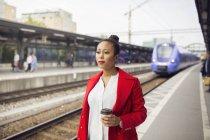 Жінка чекає поїзда — стокове фото