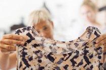 Mulher olhando para o vestido — Fotografia de Stock