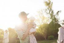 Padre che trasporta neonata in giardino — Foto stock