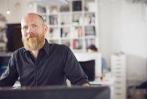 Man looking in camera in office — стокове фото