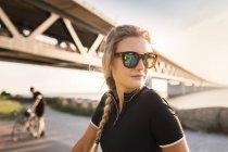 Велогонщики под мостом на береговой линии — стоковое фото