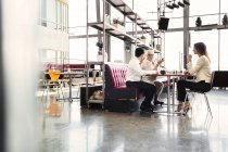 Colleghi che hanno pranzo d'affari — Foto stock