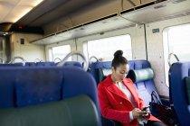 Женщина, использующая телефон — стоковое фото