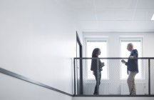 Femme et homme parlent dans le couloir — Photo de stock