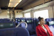 Femme assise dans le train — Photo de stock