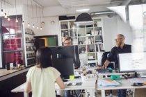 Співробітники працюють в офісі — стокове фото