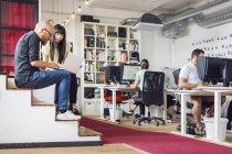 Vos collègues travaillant dans les bureaux modernes — Photo de stock