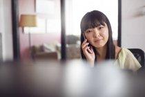 Женщина с телефоном в офисе — стоковое фото