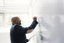 Lehrer am Whiteboard im Klassenzimmer — Stockfoto