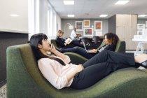 Collègues assis dans le bureau moderne — Photo de stock