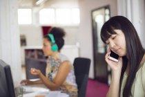 Женщина разговаривает по телефону в офисе — стоковое фото