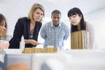 Architectes, regarde le modèle des bâtiments — Photo de stock