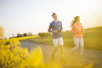 Пара працює на дорозі сільській місцевості — стокове фото