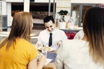 Colegas, tendo o almoço de negócios — Fotografia de Stock