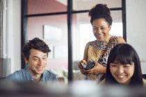 Співробітниками, посміхаючись в офісі — стокове фото