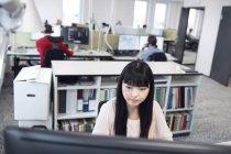 Mulher asiática trabalhando com computador — Fotografia de Stock