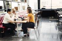 Коллеги, имеющие бизнес ланч — стоковое фото