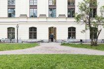 Ferne Mann Schulgebäude — Stockfoto