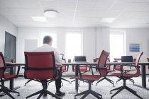 Homem trabalhando no quarto vazio — Fotografia de Stock