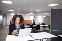 Frau arbeitet mit Laptop — Stockfoto