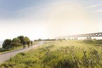 Велосипедисти їзда на сільській дорозі — стокове фото