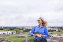 Старшого бізнес-леді на даху — стокове фото