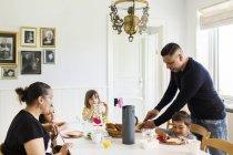 Familienessen im Wohnzimmer — Stockfoto