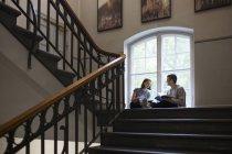 Deux étudiants parlant dans Université intérieure — Photo de stock