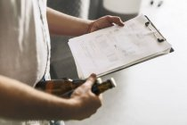 Розділ середині пивоварні Робітниця документів і пива — стокове фото