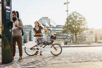 Alquiler de bicicletas en la estación de renta de personas - foto de stock
