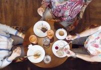 Drei Frauen, die die Kaffee-Pause im café — Stockfoto