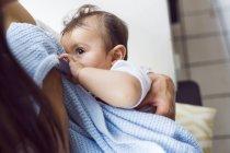 Mutter hält kleinen Sohn (6-11 Monate)) — Stockfoto