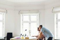 Editoren, die mit Computer im Büro — Stockfoto