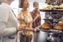 Três mulheres, escolhendo a sobremesa no café — Fotografia de Stock