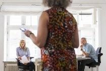 Співробітниками, що мова йде в офіс в приміщенні — стокове фото