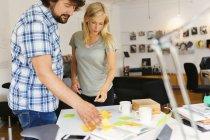 Редактори за допомогою блокнота і клей нотатки під час обговорення проекту — стокове фото