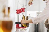 Ouvrier de brasserie préparation des bouteilles de bière — Photo de stock
