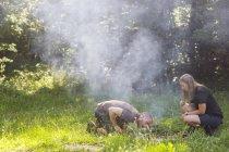 Coppia di accendere il fuoco dell'accampamento durante il giorno — Foto stock