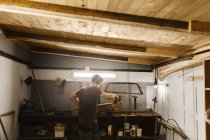 Mann in Garage Holz Polieren — Stockfoto