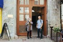 Colaboradores de pie frente a la oficina - foto de stock