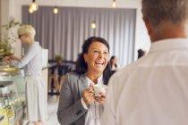 Senior homme et femme d'âge mûr en riant dans le café — Photo de stock
