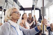 Трьох жінок, що стояли в автобусі — стокове фото