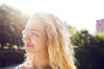 Портрет блондинки-подростка (14-15) в очках — стоковое фото