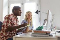 Редактори працюють разом і за допомогою комп'ютера — стокове фото