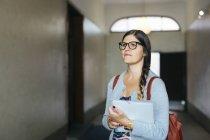 Documentos de cartera de mujer en corredor - foto de stock