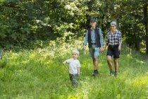 Großeltern spazieren mit Enkel (2-3) im Wald — Stockfoto