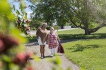 Mutter und Tochter mit Down-Syndrom zu Fuß im park — Stockfoto
