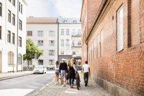 Adolescentes e rapazes adolescentes (14-15) andando na cidade — Fotografia de Stock