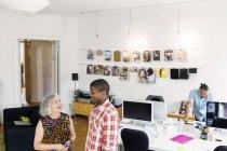 Співробітниками, що мова йде в офісі інтер'єру — стокове фото